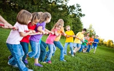 Partecipare ai giochi di gruppo per bambini