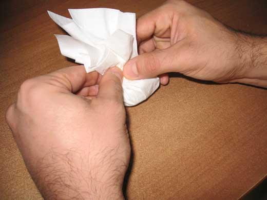 mani-che-avvolgono-il-fazzolettino-intorno-alla-pallina